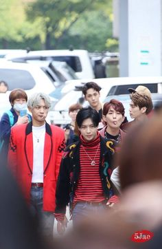 Taemin looks like the son of mafia boss with his 2 dumb guards and 2 confused friends