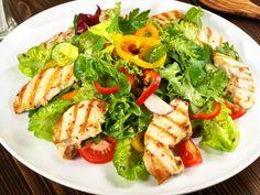 Las ensaladas no tienen porque ser siempre iguales ni aburridas. Prepara las mejores ensaladas de forma sencilla, rápida y con todos los nutrientes.   saludybienestarblog.com/2017/08/02/si-el-calor-te-quita-el-hambre-o-las-ganas-de-cocinar-opta-por-las-ensaladas/