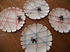 Pavouk s pavučinou z papírového talíře