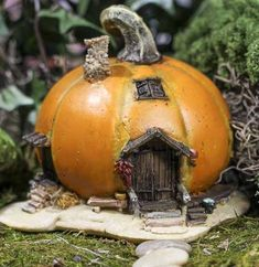 Fairy Garden Pumpkin Cottage have a pumpkin lantern that I got from Walmart this past Halloween.It's made of soft rubber material ,so it would be so easy to cut a door and windows, and transform it into this adorable little fairy Knockout Rose Tree, Deco Noel Nature, Halloween Fairy, Halloween Scene, Halloween Kids, Fairy Village, Fairy Furniture, Furniture Ideas, Furniture Design