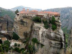 Los monasterios de Meteora (Grecia)  Localizados en el norte del país, son construcciones encaramadas en la cumbre de impresionantes masas rocosas grises, talladas por la erosión y llamadas Meteora. Se encuentran a una altura de hasta 600 metros y están habitados desde el siglo XIV. Fueron declarados Patrimonio de la Humanidad en 1988.