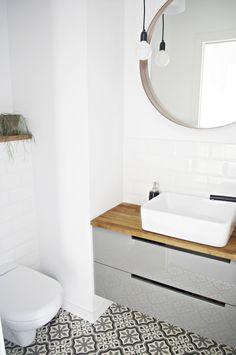 Całkowity minimalizm oznaką spokojnej łazienki. Skandynawski styl taki właśnie jest i za to go kochamy. Brak zbędnych elementów to jednocześnie mniej powierzchni, o które musimy zadbać. Wybór takiego rozwiązania nie oznacza oczywiście, że mamy do czynienia z lenistwem; to w pełni świadoma decyzja, która bazuje na takim podejściu architekta do wyboru poszczególnego materiału. #łazienka #toaleta #skandynawia #wc #minimalizm #dom #mieszkanie ###muszla ##klozetowa