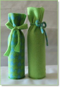 Sometimes you want to be able to present a gift bottle of wine nicely wrapped, rather than in a hokey paper bag. Even those special gift bags for bottles don't. Wine Bottle Gift, Wine Bottle Covers, Wine Gifts, Wine Bottles, Diy Bottle, Fleece Crafts, Fleece Projects, Fabric Crafts, Craft Projects For Kids