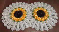 Feito com barbante Linhas Mais nº 6 marrom e nº 8 cru; e Barroco Multicolor amarelo (9368) e verde militar (9392). Jogo com 3 peças: tapete da pia (51 x 84 cm - 715 g), tapete do vaso (51 x 62 cm - 445 g) e tampa do vaso (51 x 53 cm - 466 g).