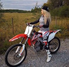 Motocross Love, Motocross Girls, Motocross Gear, Lady Biker, Biker Girl, Dirt Bike Gear, Dirt Biking, Dibujos Tumblr A Color, Bike Photography