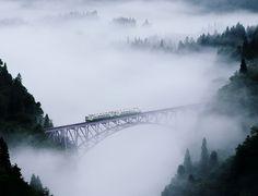 mistic valley by Hide KTG, via 500px  福島県会津地方の写真を撮り続けている片桐英行氏による只見線の風景写真。川霧に覆われた深い谷と鉄橋が印象的。電車の緑色の塗装を除くと、白黒の山水画のような景観。  https://twitter.com/ogugeo/status/310233547753545729