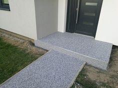 Vstup do RD. Kamenný koberec s farebného kameňa A22-III na chodníku a vstupe do domu. Na povrch bolo aplikované protišmykové plnivo. Www.art4you.sk #art4you #artpodlahy #kamennýkoberec #A22-III