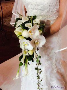 Romantico bouquet di calle e orchidee phalaenopsis bianche completato da un'elegante cascata di edera.