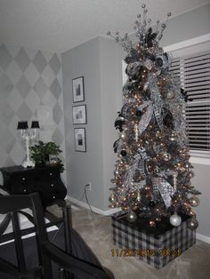 Masculine Christmas Tree masculine christmas decorating ideas ~ #manlychristmas ~ red