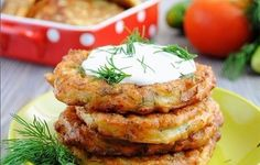 Fritters zucchini with cheese and garlic Healthy Diet Recipes, Vegetarian Recipes, Healthy Eating, Cooking Recipes, Czech Recipes, Russian Recipes, Ethnic Recipes, Zucchini Puffer, Good Food