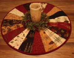 quilted round table toppers - Google Search Christmas Runner, Christmas Placemats, Christmas Sewing, Christmas Projects, Christmas Patchwork, Table Runner And Placemats, Table Runner Pattern, Quilted Table Runners, Table Topper Patterns