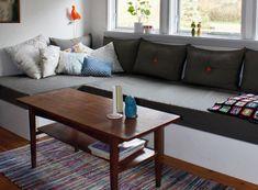 Nana syntes ikke, en traditionel sofa passede til hendes sommerhus, og derfor byggede hun to brikse, der gør det ud for en hjørnesofa. Og som tilmed er praktiske til opbevaring og overnattende gæster