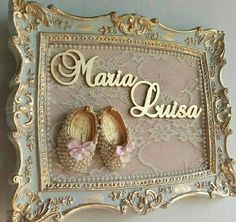 Maternity door in resin in white color with details in gold patina and the background covered . Baby Crafts, Diy And Crafts, Arts And Crafts, Baby Room Decor, Nursery Decor, Baby Posters, Baby Frame, Frame Crafts, Easy Home Decor