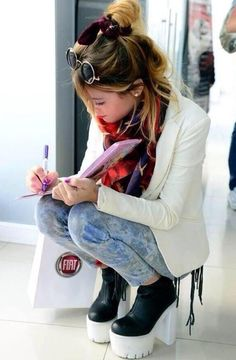 Martina Stoessel - they wear high chunky heels in Argentina ! Celebrity Singers, Celebrity Style, Disney Channel, Violetta Live, I See Red, Teen Actresses, Wattpad, Business Fashion, Business Style