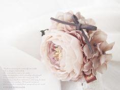 Floral corsage-ラナンキュラスとシンプルリボンのスウィート・コサージュ -Shabby mauve