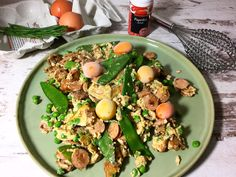 Deftiger Schmarrn mit Zwiebeln und Gemüse mit Eiern, Zwiebeln, Paprika, Zuckerschoten, Erbsen, ungesüßter Mandelmilch und Gewürzen. Lowcarb Abendessen