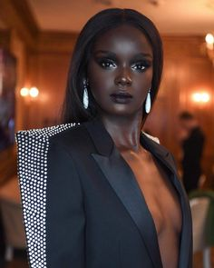22 Valentine's Day Makeup Looks That Are Far From Cheesy - black girl Beautiful Dark Skinned Women, Beautiful Black Girl, Beautiful Eyes, Beautiful Family, Dark Skin Makeup, Dark Skin Beauty, Day Makeup Looks, Dark Skin Girls, Black Girl Aesthetic