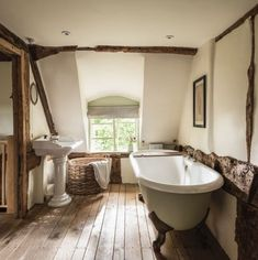 Home Interior Salas Pollyanna Cottage in the Cotswolds.Home Interior Salas Pollyanna Cottage in the Cotswolds Countryside House, Luxury Cottage, Home, Farmhouse Bathroom, Rustic House, Rustic Cottage Interiors, Country Bathroom, House Interior, Cottage Bathroom