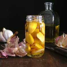 Roasted garlic and preserved in olive oil. (In Spanish with translator)