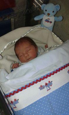 Segundo dia. Quentinho embrulhado na mantinha do mano e lençóis e colcha by BabyHome Handmade.