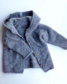 Oprydning kan betale sig - en lækker jakke dukkede op!  #nohrstrik #mormorstrikk #guttestrikk #instaknit #knitstagram #rillejakke #woodenbuttons #fortheboys #knitted #winterknits #wool #ulbarn #hættejakke #børnestrik #barnestrikk