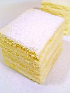 she said she wanted lemon as her cake for the wedding. DING DING DING lol Prajitura Alba ca Zapada Snow White cake with lemon cream Romanian Desserts, Romanian Food, Food Cakes, Cupcake Cakes, Sweets Recipes, Cake Recipes, Snow White Cake, Snow Cake, White Cake Mixes