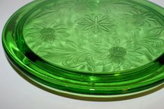 Vintage Green Depression Footed Cake Plate Jeanette by HazelMaes Objets Antiques, Vintage Cake Stands, Vintage Glassware, Vintage Dishes, Sunflower Pattern, Vaseline Glass, Plate Stands, Carnival Glass, Cake Plates