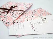 convite envelope com envelope todo estampado em relevo nas cores marrom e rosa. convite com impressão em relevo marrom.