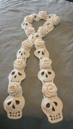 Skulls and Roses scarf – måste erkänna att jag gillar det här! Crochet Motifs, Knit Or Crochet, Crochet Scarves, Crochet Crafts, Yarn Crafts, Crochet Clothes, Crochet Stitches, Loom Knitting, Knitting Patterns