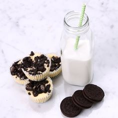vanilla 2 eggs 12 Oreo cookies crushed Oreos for topping Muffin tin liners Köstliche Desserts, Dessert Drinks, Delicious Desserts, Dessert Recipes, Yummy Food, Mini Oreo Cheesecake, Oreo Cheesecake Recipes, Oreo Torta, How Sweet Eats
