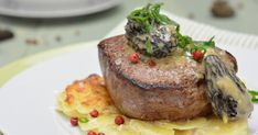 Angus-Filet auf Kartoffel-Gratin und Morchel-Rahm Mango Salsa, Boeuf Angus, Lidl, Recipes, Food, Oven Baked Asparagus, Glazed Carrots, Cooking Recipes, Grated Cheese
