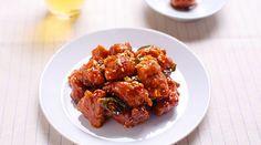 Morceaux de poulets frits recouverts de sauce aigre-douce, le dak gangjeong se grignote dans la rue dans les pojangmacha. Sa texture croustillante et son goût sucré nous donne envie d'une bière bien fraîche. Ingrédients 3 morceaux de blanc de poulet, un peu d'huile Préparation du poulet : 1 grande cuillère d'alcool