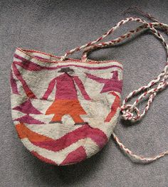 This is another example of the knotted bag that is made by kichwa women in Ecuador and is known as a shigra Side Purses, Knitted Bags, Crochet Bags, Hobbies And Crafts, Handmade Bags, Textile Art, Ecuador, Straw Bag, Shopping Bag