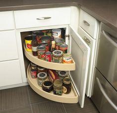 Seguindo a mesma lógica de trazer o fundo dos armários para a frente, podem ser colocadas prateleiras giratórias ou retráteis em qualquer armário, especialmente nos armários de canto, ou então usar gavetões.
