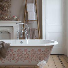stencilled pattern on clawfoot tub