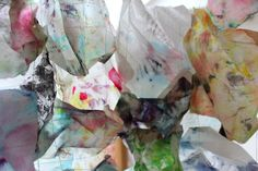 Autre exemple de collection assemblée : des mouchoirs tachés d'encre et de gouache, utilisés pour réaliser mes travaux en couleurs, vestige d'une pratique active.