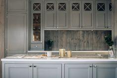 Kjøkkenøya åpner opp mellom kjøkken og spiseplass. Prefab Cottages, Modern Farmhouse, Kitchens, Kitchen Cabinets, Interior Design, Bespoke, Home Decor, Cave, Build House