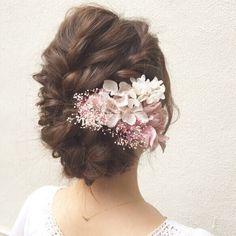 59 Gorgeous Patterns for Wedding Hairstyles with Flowers to Make Your Look Special Nothing is a better accessory for a summer bride than flowers. Get ready to look ravishing on your big day with these wedding hairstyles with flowers. Bridal Hair Buns, Bridal Hairdo, Wedding Braids, Bridal Hair And Makeup, Wedding Makeup, Side Bun Wedding, Chignon Wedding, Chic Wedding, Trendy Wedding
