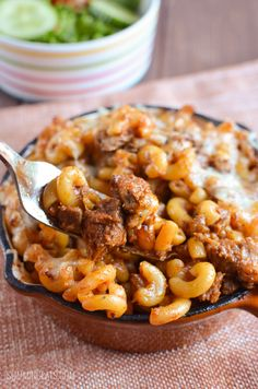 Remember the other day I gave you Stove Top Low Syn Pulled Pork? Well you are going to just love this Low Syn Pulled Pork Pasta Bake. Here on this side of the atlantic, Pulled Slimming World Pasta Bake, Slimming Eats, Slimming World Recipes, Baked Pasta Recipes, Pork Recipes, Slow Cooker Recipes, Cooking Recipes, Healthy Recipes, Loosing Weight