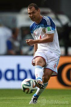 サッカーW杯ブラジル大会(2014 World Cup)グループH、ベルギー対ロシア。ボールをコントロールするロシアのセルゲイ・イグナシェヴィッチ(Sergei Ignashevich、2014年6月22日撮影)。(c)AFP/KIRILL KUDRYAVTSEV ▼23Jun2014AFP 19歳のオリジが決勝点!ベルギーが決勝トーナメント進出 http://www.afpbb.com/articles/-/3018401 #Belgium_Russia_group_H #Brazil2014