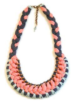 Gehäkelte Statement Halskette, Textilkette, Korallrot Dunkellila Mintgrün 52cm. €59,00, via Etsy.
