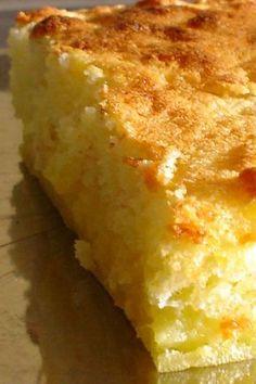 Alors là … Alors là …. !C'est la première fois qu'un gâteau au citron me bluffe autant !Avec un seul appareil, on obtient 3 textures différentes ? Qui dit mieux ????Un gâteau léger, mousseux en surface, crèmeux en son centre et clafouteux en dessous …Voilà ! Voilà une recette à garder sous le coude qui nous vient de Mounet …En plus c'est trop fastoche ^^ ! Ingrédients : – 4 oeufs,– 150 de sucre,– 120 g de farine,– 80 g de beurre fondu,– 1 sachet de levure,– 1 verre (120 ml de jus de…