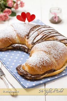 Cornettone maxi alla Nutella un dolce goloso per ogni occasione, merenda, compleanni. Cornetto grande di pasta brioche, ricetta facile con foto passo passo