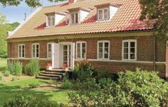 Baronessens Enkes�de Hornslet Baronessens Enkes?de is located in Hornslet, 2 km from the shop and restaurant. The property refurbished in 2007 offers a 30 square meters terrace and can accommodate up to 12 persons.