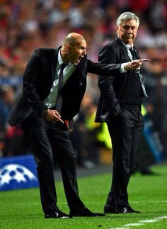 Carlo Ancelotti looks on as Zinedine Zidane shouts instructions during the UEFA Champions League final match between Real Madrid CF and Club Atlético de Madrid at Estadio Da Luz on May 2014 in Lisbon, Portugal. Real Madrid Champions League, Uefa Champions League, Carlo Ancelotti, Zinedine Zidane, Football Soccer, Football Players, Football Jokes, Legends Football, Ile Saint Louis