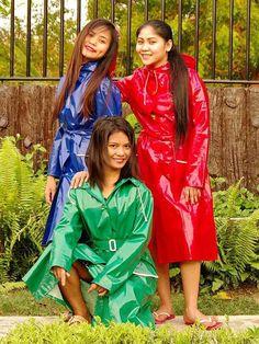Three happy girls in their pvc mackintoshes Red Raincoat, Vinyl Raincoat, Plastic Raincoat, Hooded Raincoat, Raincoats For Women, Jackets For Women, Asian Woman, Asian Girl, Imper Pvc