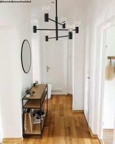 Slow Living - Weniger ist mehr! Wir alle sehnen uns nach Vereinfachung und einer Besinnung auf das Wesentliche. Entdecken Sie hier den Interior-Trend, der neuen Minimalismus ins Zuhause bringt. Das Geheimnis: Möbel mit schlichten Formen, die im Raum symmetrisch angeordnet werden. Und zurückhaltende Farben wie Schwarz, Weiß und Grau, die Ruhe ausstrahlen.📷:@dreieinhalbzimmerkuechebad // Flur Eingang Eingangsbereich Deko Skandinavisch Kommode Spiegel Ideen Einrichten Offen Hell