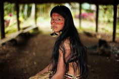 Kichwa-woman-in-amazonian-rainforest
