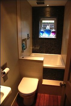 Tiny Bathrooms 225954106289327585 - Tiny House Bathrooms are usually a main focus of a new tiny house builder. Here are 5 examples of tiny house bathrooms that could inspire your project. Source by kamaleo Best Tiny House, Modern Tiny House, Tiny House Living, Tiny House Design, Tiny House Layout, Full House, Tiny Bathrooms, Tiny House Bathroom, Bathroom Closet