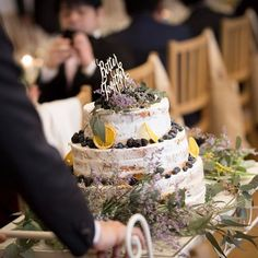 〜wedding report〜 ウェディングケーキ カメラマンさんからも素敵な写真もらったので載せます。これはスタッフの方が運んで来てくれたところ。 登場した瞬間、ゲストからも歓声が上がりました 私も初めて実物を見て可愛さに悶絶しそうでした。 #ウェディングケーキ #ネイキッドケーキ #ミモザ #ユーカリ Wedding Cakes, Weddings, Fruit, Party, Desserts, Food, Wedding Gown Cakes, Tailgate Desserts, Deserts